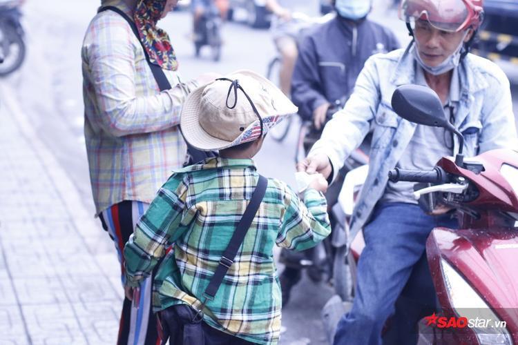 Cậu bé tý hon luôn chăm chỉ kiếm tiền phụ mẹ.