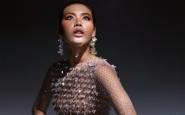 """Tuy chưa bật mí về vedette trong fashion show sắp tới nhưng nhìn cách Minh Tú khoác lên mình những thiết kế trong BST """"Phong"""" cũng đủ khiến các tín đồ thời trang rạo rực chờ đợi giây phút chiêm ngưỡng dàn người mẫu sải bước trên sàn runway."""