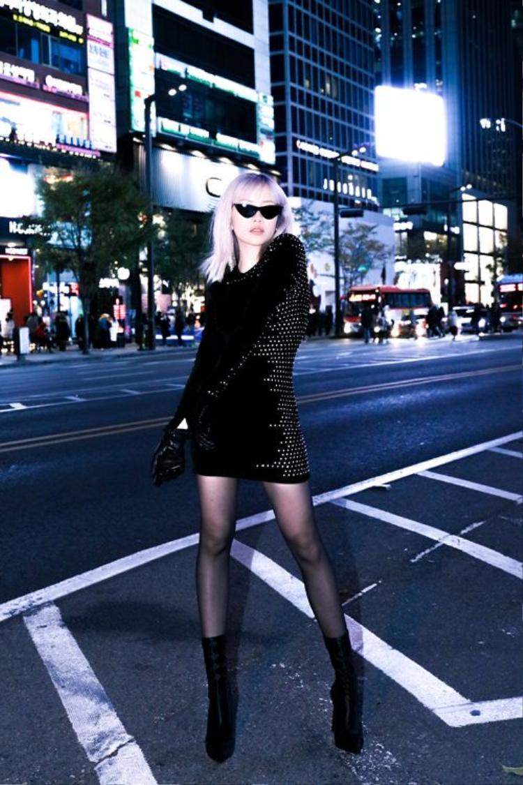 """Cô nàng khoe vóc dáng chuẩn cùng đôi chân thẳng tắp trong chiếc váy ngắn chất liệu nhung. Thông thường, loại vải này dễ khiến người mặc bị """"cộng thêm tuổi"""", nhưng Bảo Trâmđã khắc phục điều đó khi phối cùng bao tay da đen bóng và boots cổ cao."""