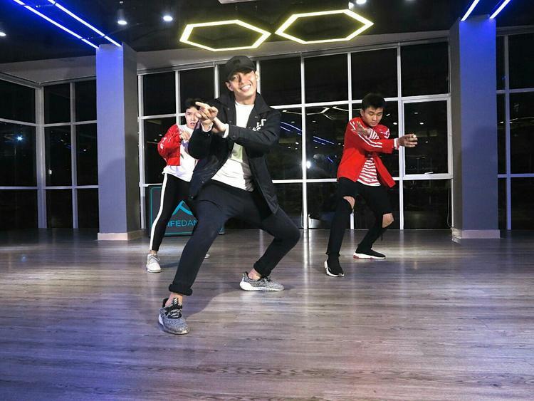 Nam vũ công diện trang phục khỏe khoắn cùng với hai bạn nhảy thể hiện những điệu nhảy trẻ trung, năng động tạo nên một làn gió mới cho bản hit của Sơn Tùng M-TP.