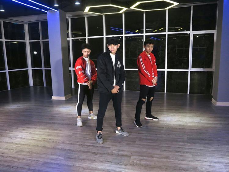 Quang Đăng luôn chứng tỏ là một trong những vũ công cập nhật nhanh nhất loạt hit thì hiện tại của Vpop.