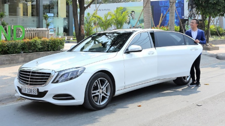 Chiếc Mercedes trắng này thường được Trấn Thành dùng để đưa đón Hari Won,