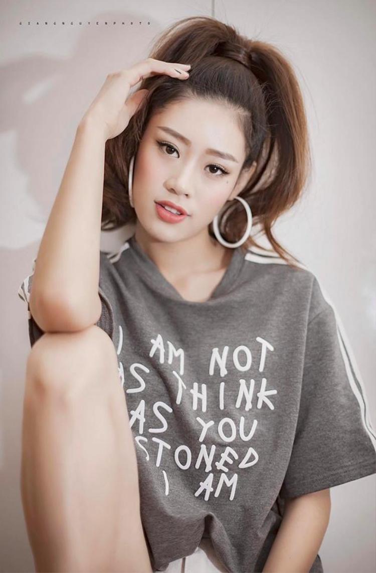 Với đôi mắt nhỏ, gương mặt đẹp, Khánh Vân dễ dàng biến đổi theo nhiều phong cách khác nhau, từ dịu dàng, ngây thơ đến quyến rũ và cả cá tính, sắc lạnh.