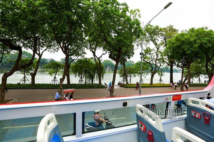 Hồ Gươm nhìn từ tầng 2 xe buýt, du khách có thể bao quát các di tích như tháp Rùa, đền Ngọc Sơn, tháp Bút…