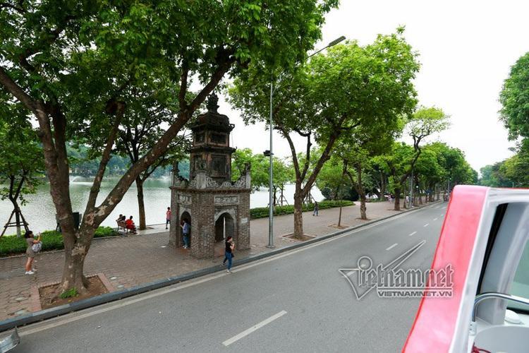 Tháp Hòa Phong nằm ở Đông Nam hồ Hoàn Kiếm, đối diện bưu điện Hà Nội nhìn từ xe buýt 2 tầng