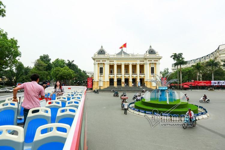 Đây là nơi phục vụ biểu diễn nghệ thuật, tọa lạc trên quảng trường Cách mạng tháng Tám