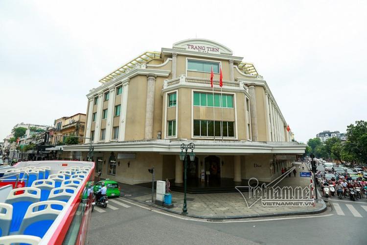 Tràng Tiền Plaza là trung tâm thương mại lớn của Hà Nội, được xây mới trên nền bách hoá tổng hợp Hà Nội cũ, giữ nguyên nét kiến trúc xưa nhưng bên trong rất hiện đại.