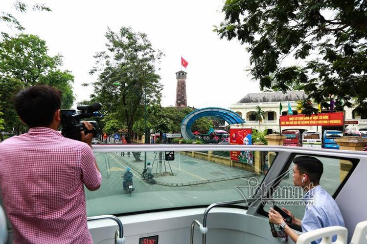Cột cờ Hà Nội nằm trên đường Điện Biên Phủ. Đi qua mỗi điểm di tích, du khách sẽ được nghe giới thiệu qua hệ thống thuyết minh với những ngôn ngữ tùy chọn