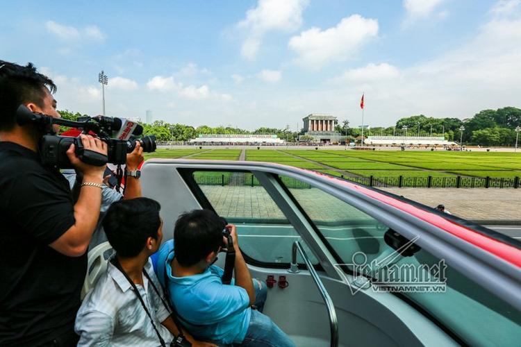 Lăng Chủ tịch Hồ Chí Minh, từ tầng 2 xe buýt có thể phóng tầm mắt ngắm quảng trường rộng mênh mông