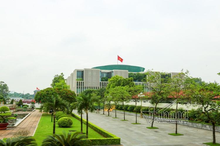 Toà nhà Quốc hội nhìn từ đường Hoàng Diệu, xen lẫn giữa những hàng cây, là sự kết hợp hài hòa một quần thể kiến trúc hiện đại mang đậm bản sắc dân tộc