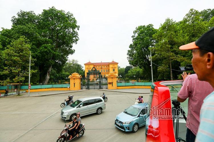 Tòa nhà màu vàng Phủ Chủ tịch nổi bật giữa những cây cổ thụ bề thế xanh mướt. Đây là nơi diễn ra các cuộc đón tiếp quan trọng của nhà nước. Công trình của kiến trúc sư người Pháp Charles Lichtenfelder, hoàn thành vào năm 1906