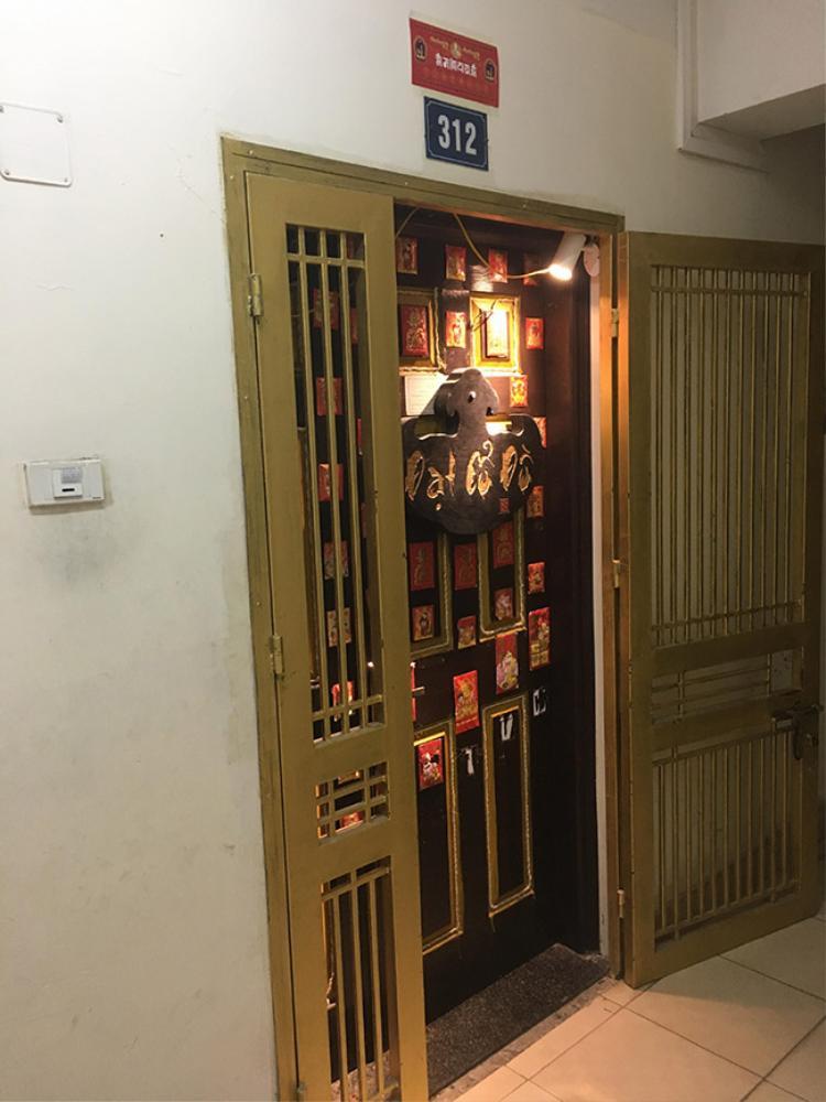 Ngay từ phía ngoài cửa, gia chủ đã tạo sự khác biệt bằng cách trang trí rất nhiều phong bao lì xì và gắn biển gỗ với tên chủ nhân.