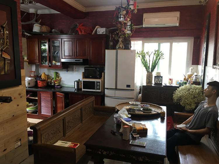 Cửa kính được sử dụng để đưa ánh sáng tự nhiên vào căn bếp.