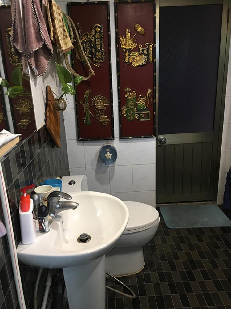 Nhà tắm được gia chủ lát gạch tối màu.