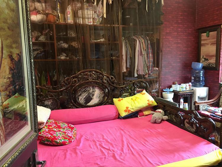 Giường, tủ, bàn phấn trong phòng ngủ đều là những vật dụng theo phong cách cổ xưa.