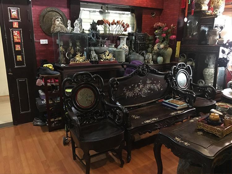 Tất cả các vật dụng từ giá giày, bình hoa, bàn ghế,… đều có tuổi đời hàng chục năm trở lên.