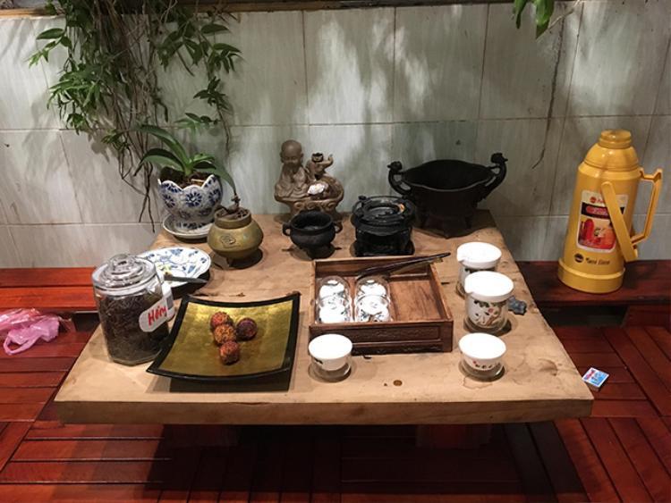Ngoài ban công được bày biện bàn trà nhỏ để vừa ngắm hoa, vừa thưởng trà.
