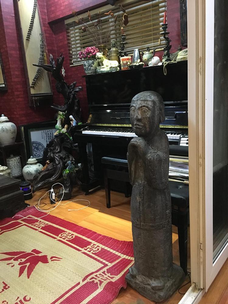 Đây là góc làm việc của chủ nhân với đàn piano.