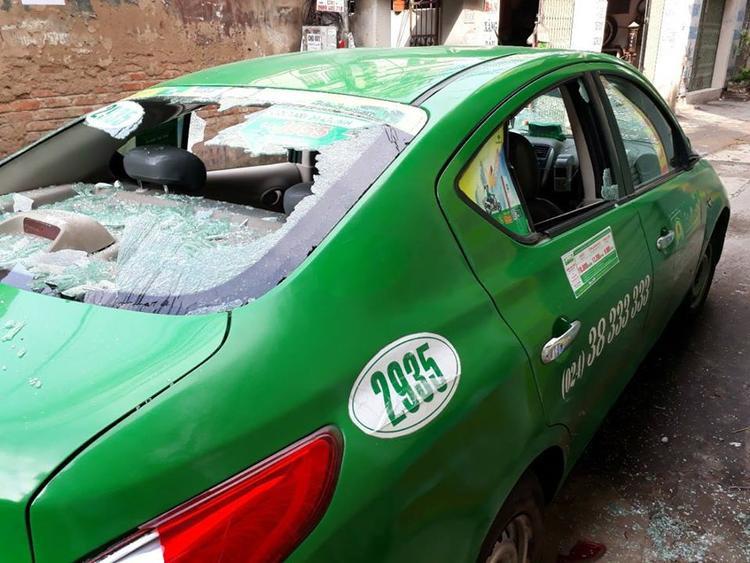 Chiếc taxi bị hư hỏng sau khi xảy ra sự việc.