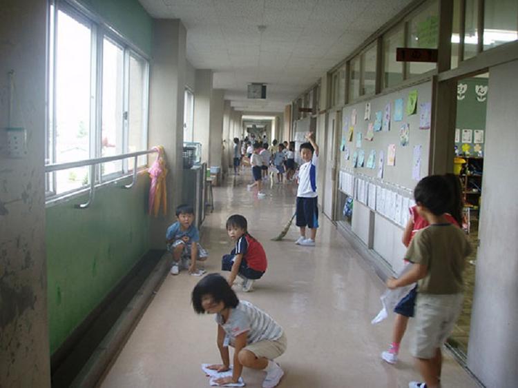 Trẻ em được dạy dọn vệ sinh ngay từ khi còn nhỏ.