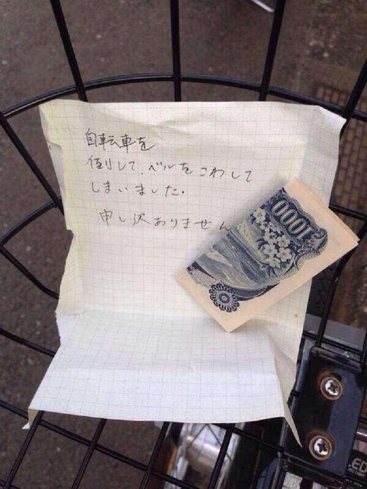 Một tờ giấy nhắn nhủ kèm tiền được để lại sau khi làm hỏng xe người khác.