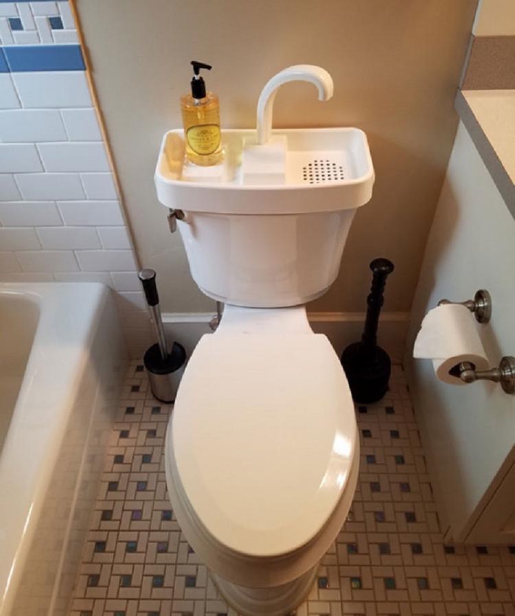 Tái sử dụng nước xả khi đi vệ sinh.