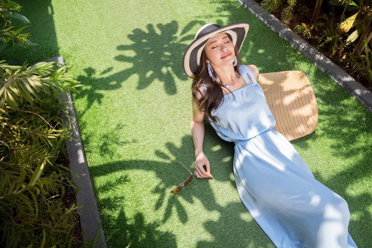 Họa tiết kẻ sọc, hoa nhí đặc trưng mùa hè được Đông Nhi kết hợp bắt mắt. Các kiểu jumpsuit, áo trễ vai, váy liền… giúp cô trông nhẹ nhàng và đầy năng động dưới ánh nắng.