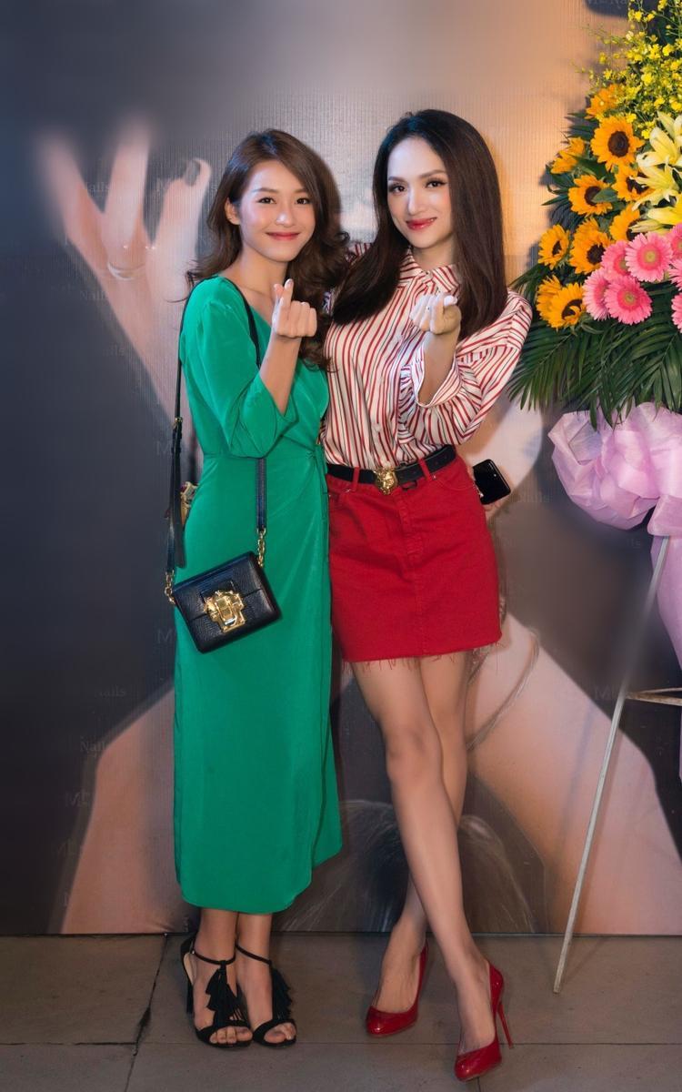 Hương Giang cũng có dịp hội ngộ Khả Ngân tại sự kiện.