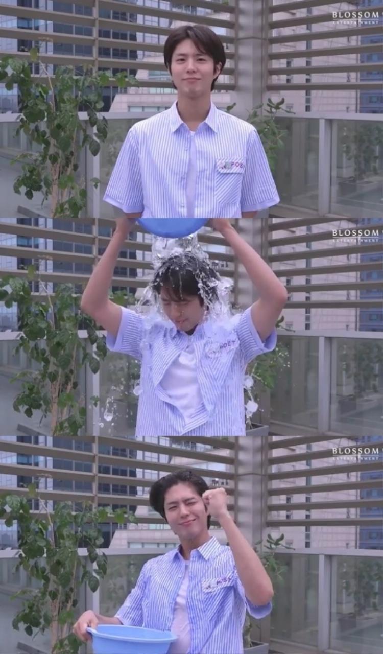 """Cuối clip, Park Bo Gum đã """"yêu cầu"""" nam diễn viên Kwak Dong Yeon và Lee Joon Hyuk cũng như bạn thân Yeo Jin Goo tham gia."""