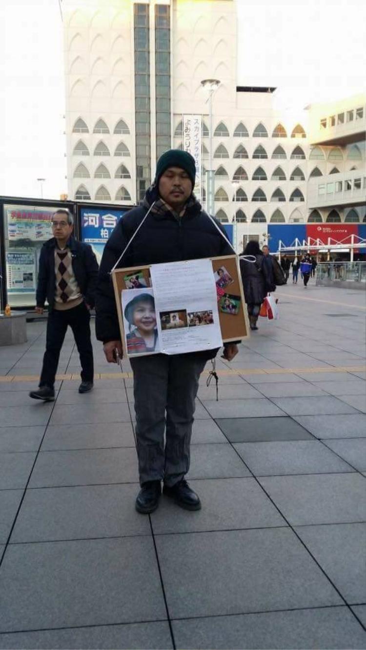 Gần 1 năm đi tìm công lý cho con, anh Hào đã phải đi xin chữ ký của người dân
