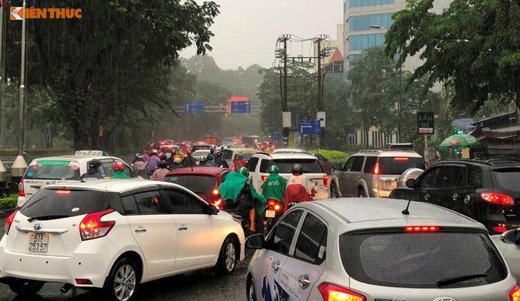 Cơn mưa như trút nước đã gây cảnh ngập nặng khắp các cửa ngõ sân bay Tân Sơn Nhất. Ảnh: Kiến thức.