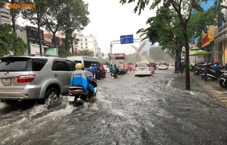 Các tuyến đường vào sân bay Tân Sơn Nhất trên địa bàn quận Tân Bình bị ngập nửa xe máy. Ảnh: Kiến thức.