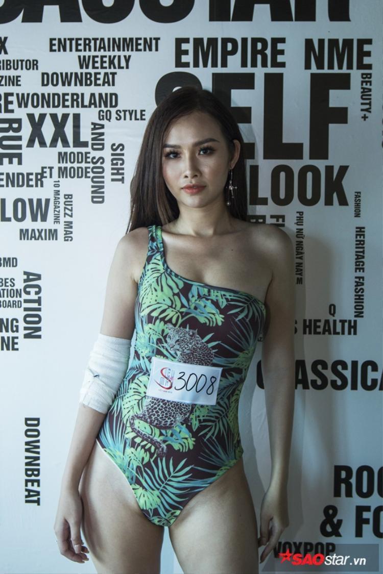 Dù bản thân đang bị bong gân nhưng vì không muốn từ bỏ cơ hội được đến với chương trình Siêu mẫu Việt Nam nên cô đã không ngần ngại bay từ TP. HCM tới Hà Nội để góp mặt trong buổi casting.