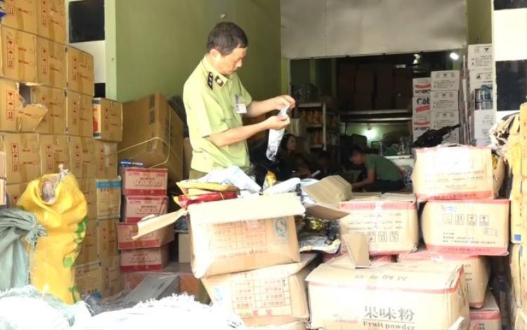 Lực lượng chức năng kiểm tra số lô hàng nguyên liệu pha chế trà sữa.