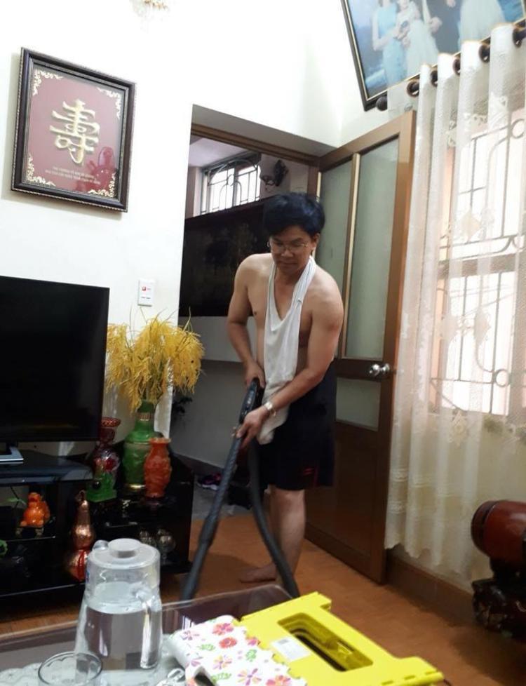 Bố của Duyên thường xuyên phụ giúp vợ làm việc nhà sau khi tan ca làm.