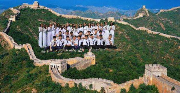Chỉ qua một vài thao tác, các bạn học sinh đã có mặt tại địa điểm Vạn Lý Trường Thành nổi tiếng tại Trung Quốc.