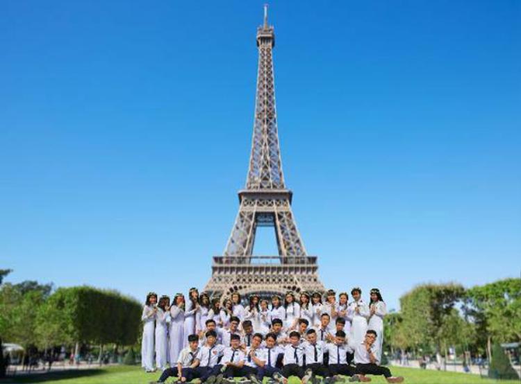 Các bạn này đã di chuyển đến Pháp với tháp Effiel.
