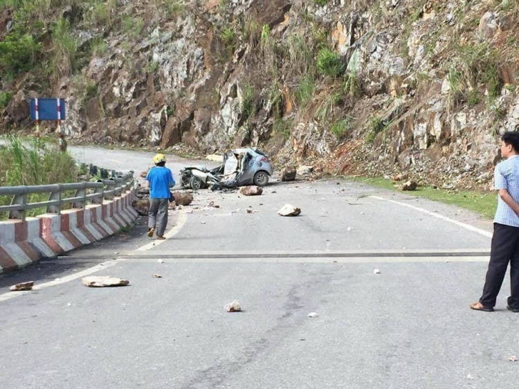 Chiếc xe ô tô bẹp nát sau khi bị tảng đá rơi trúng.