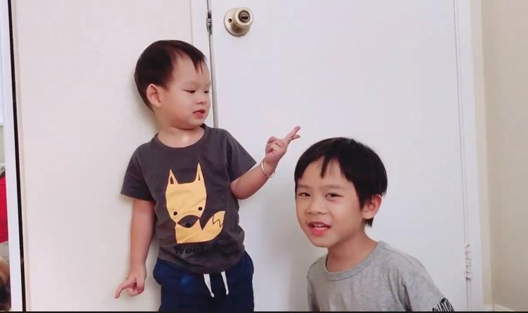 Tuy chỉ mới 6 tuổi nhưng cậu cả nhà Lý Hải rất ra dáng người anh mẫu mực.