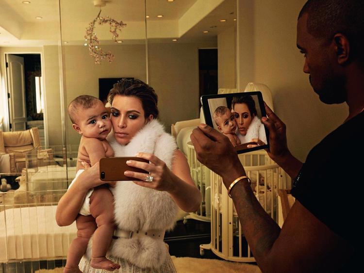 Chụp chung với iPad và iPhone trên tạp chí Vogue.