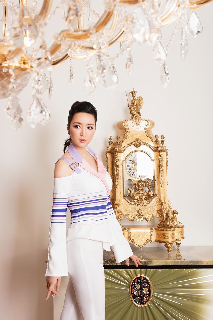 Đặc biệt phần cổ áo màu nude, xám, kèm khoét vai điệu đà,… tạo nên hình ảnh quý cô sang trọng và thành đạt.