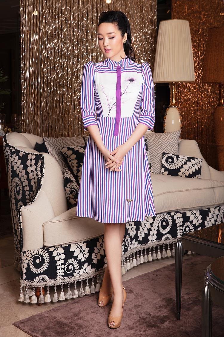Hoa hậu đền Hùng diện thiết kế phom sơ-mi váy, dài chạm đầu gối kín đáo, cổ áo cũng được cài nút trên cùng tạo vẻ thanh lịch và phù hợp với không gian văn phòng, hoặc các điểm họp đầu tuần chốn công sở.