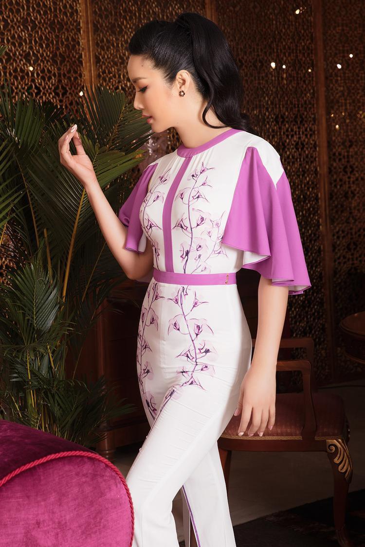 Giáng My lựa chọn thiết kế tông trắng ôm sát vóc dáng khoe đường cong. Điểm nhấn là những bông hoa thêu trên mặt trang phục thật duyên dáng và ăn nhập phần tay áo hồng xoè.