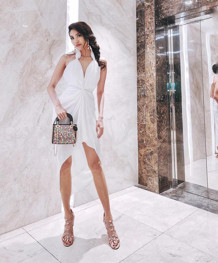 Lan Khuê khoe dáng cùng chiếc váy trễ ngực kết hợp hoa tai và túi xách đồng điệu. Bộ cánh tuy đơn giản nhưng hoàn toàn đủ sức khiến người đẹp trở nên nổi bật.