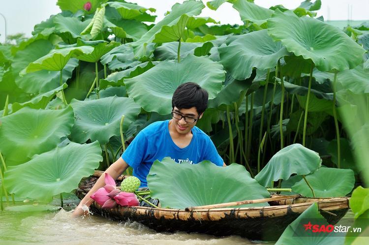 Các bạn trẻ có thể tự chèo thuyền để hít hà sự hương thơm dịu nhẹ, tươi mát của hoa sen.