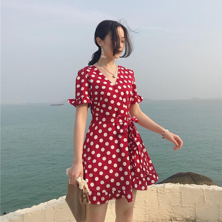 Đừng sợ mỡ thừa với váy thắt eo, vì chính chiếc đai sẽ làm cho vòng 2 của bạn siết lại nhỏ nhắn hơn.