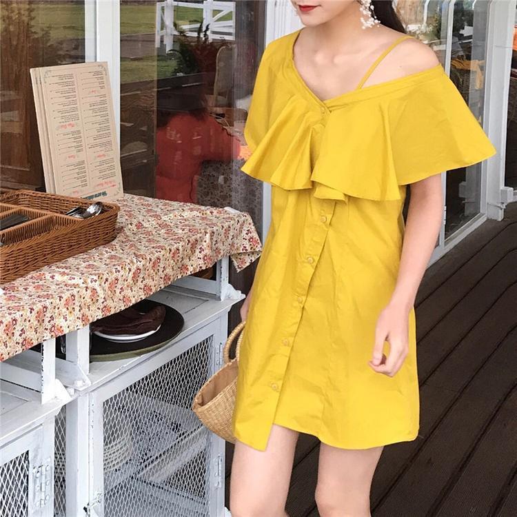 Một chiếc váy suông với phần cổ cách điệu cũng khiến tăng vẻ cá tính cho người mặc.
