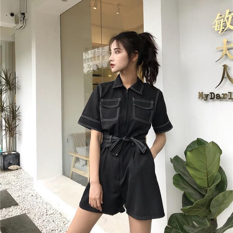 Nếu chán mặc đầm bạn có thể thử thay bằng jumsuite đai eo, cũng rất thú vị và hiệu nghiệm.