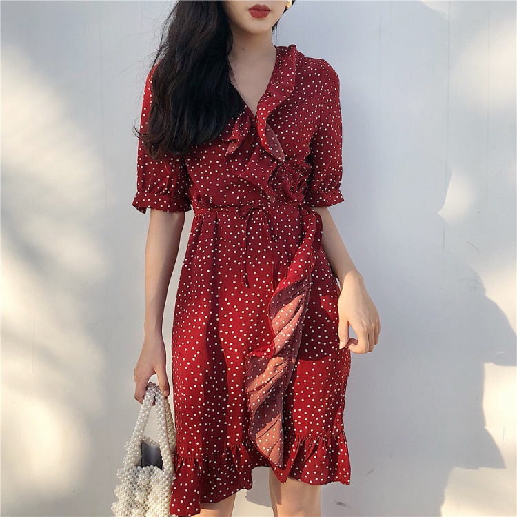 Váy quấn với màu sắc nổi bật vừa giúp che eo bánh mì lại giúp bạn tỏa sáng.