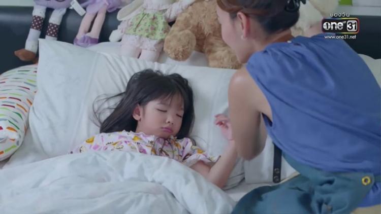 Không thể tin rằng HLV Bee Namthip điệu đà của The Face Thái và bà nội trợ xuề xòa này là cùng một người